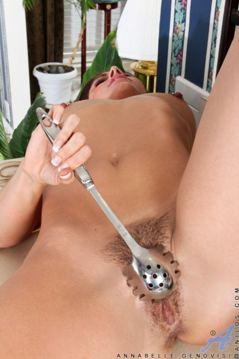 Зрелая дамочка с большими сиськами на кухне дрочит свою киску