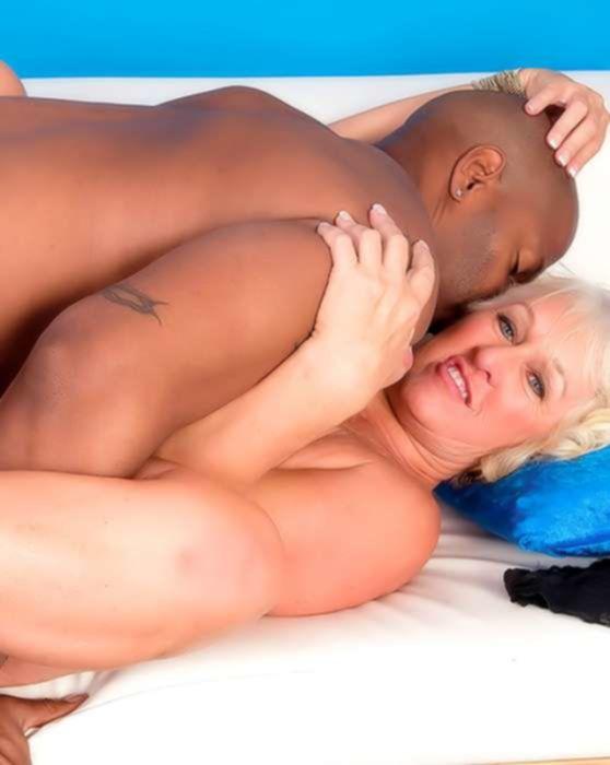 Негр трахает старую проститутку