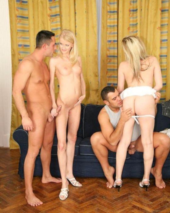 Распутные молодые блондинки проиграли в покер парням свои пилотки и занялись групповым сексом