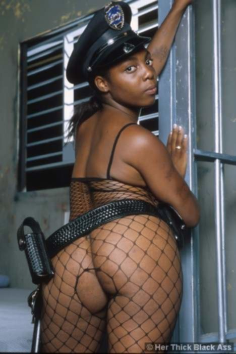 Сочная негритянка в полицейской униформе обожает кунилингус
