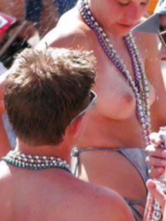 Сучки в бикини показывают свои сиськи на пляже