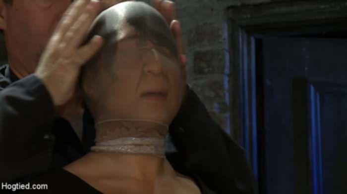 БДСМ мужчина жестоко наказал азиатскую девушку в подвале