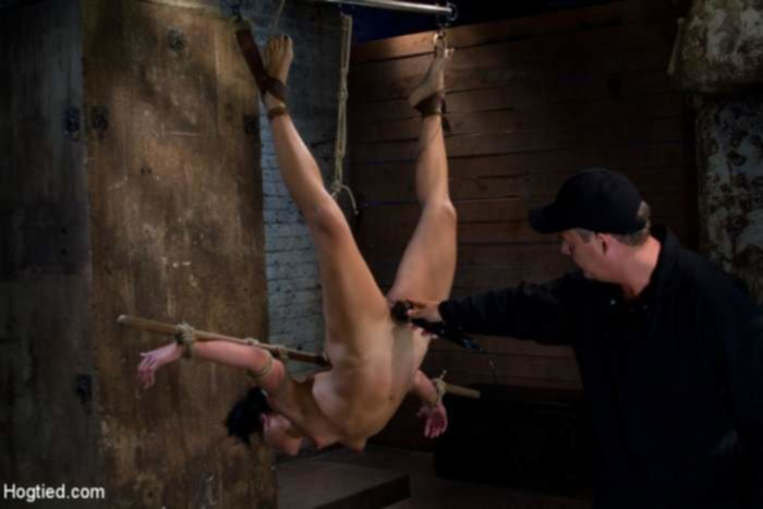 Темноволосая шлюха на веревках получила наказание сосков