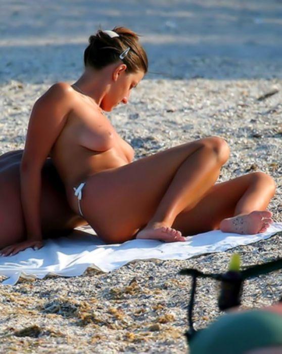 Эротические фото красивых девушек на пляже в сексуальных мокрых бикини