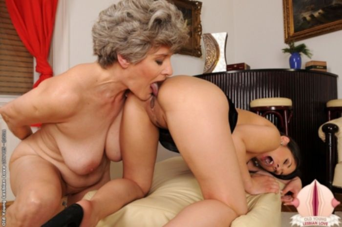Старушка лижет попку молодой девушки.