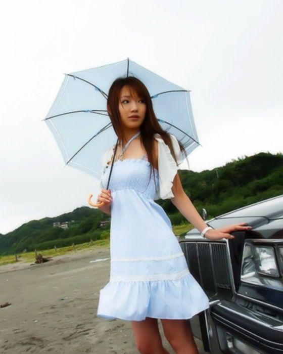Юная азиатка у моря