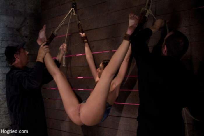 Парни поработали пальцами пробуя БДСМ с проституткой