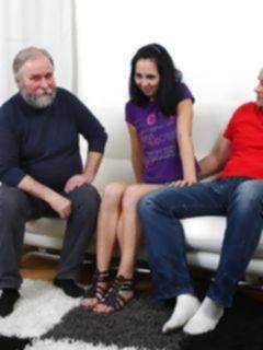 Папа с сыном трахают молоденькую дочку