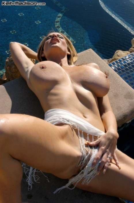 Зрелая блондинка с огромными сиськами ласкала себя у бассейна