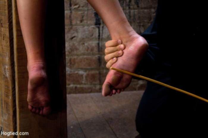 Мужик наказал соски связанной брюнетки током в БДСМ подвале