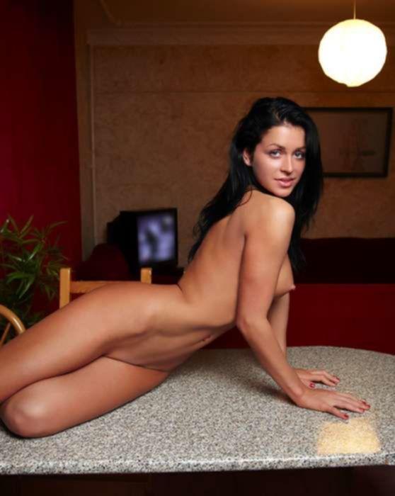 Прекрасная брюнетка дрочит на столе большие половые губки