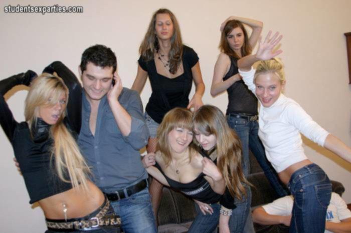 Русские студентки отважно отсасывала хуи на секс вечеринке