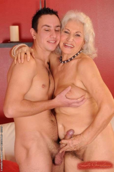 Анальный секс молодого парня с зрелой шлюхой в чулках