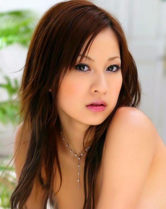 Привлекательная азиатка хочет чтобы пучок волос на её лобке был мокрым от спермы