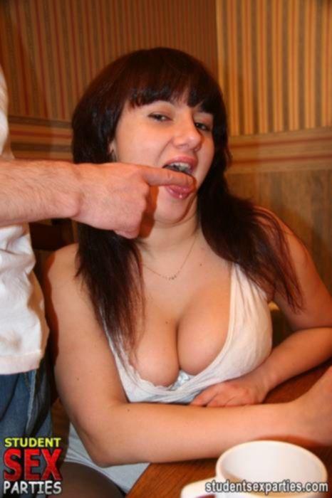 Парни сняли двух петербуржских шлюх и трахнули их в групповом порно в анал и бритые тугие писечки