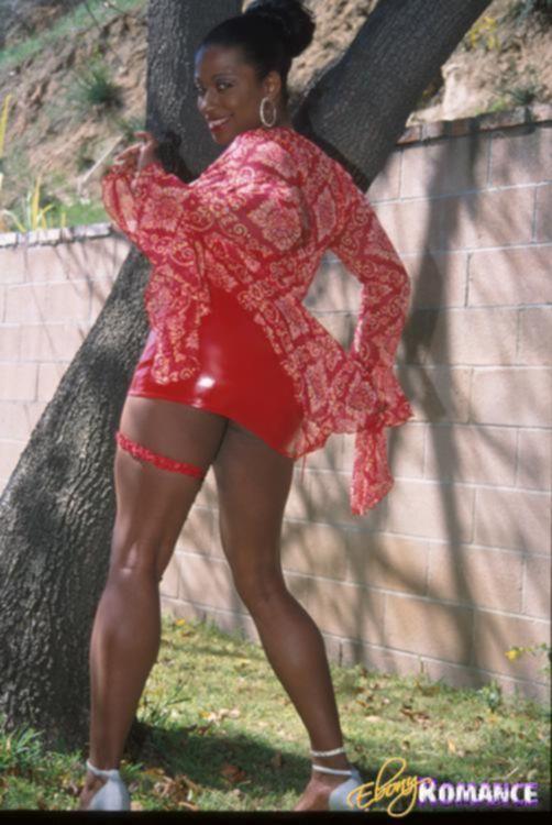 Негритянка в латексе дрочит бритую пизду