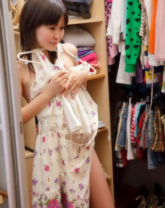 Молоденькая азиатка студентка трахает киску дилдо