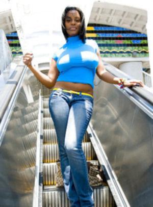 Симпатичная негритянка показывает большие сиськи в публичных местах