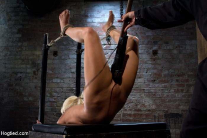Мужик трахнул блондинку в бандаже с оргазмом используя вибратор