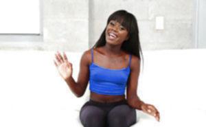 Чернокожая гимнастка показывает свою шикарную попку