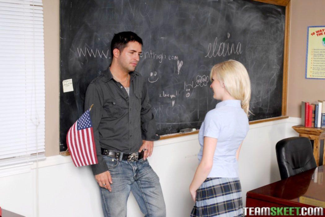 Молодой учитель трахает белокурую студентку в аудитории