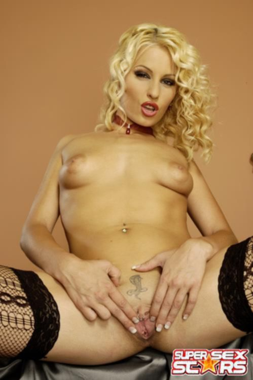 Блондинка с татуировкой кобры на лобке мастурбирует