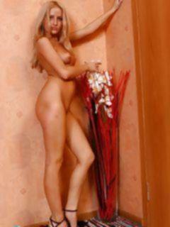 Длинноногая блондинка позирует голой перед фото камерой