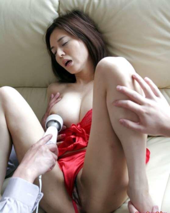 Молодую японку ебут в три дырки