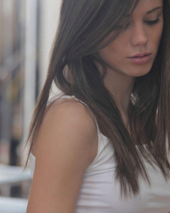 Молодая русская девушка трахает киску секс игрушкой