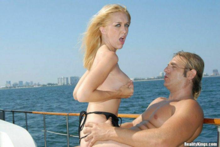 Блондинку в бикини ебут на яхте