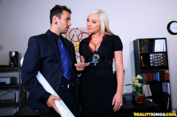 Блондинка секретарша удовлетворяет босса