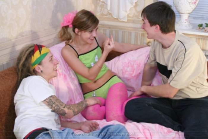 Милая молодая девка сосёт сразу у двоих одногруппников дома