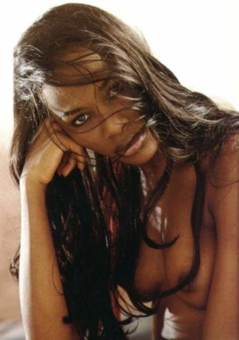 Мелкогрудая негритянская девушка шикарно разделась в воде