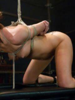 Блондинка плачет от больного БДСМ секса большим членом и железными порно игрушками