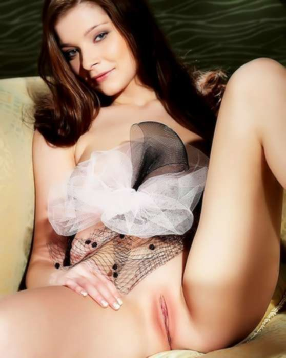 Молодая брюнетка перед зеркалом мастурбирует вагину