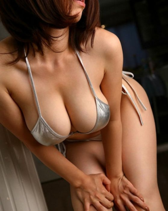 Горячая стройная азиатка любит когда её фигуристое тело скользит в масле