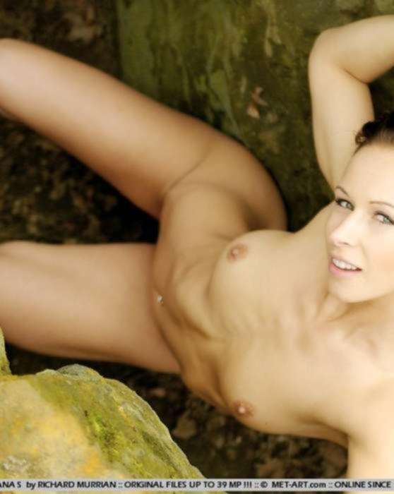 Эротическая фото сессия голой брюнетки на природе