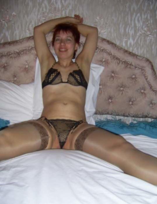 Зрелая дама в чулочках раздвинула ножки в частном порно