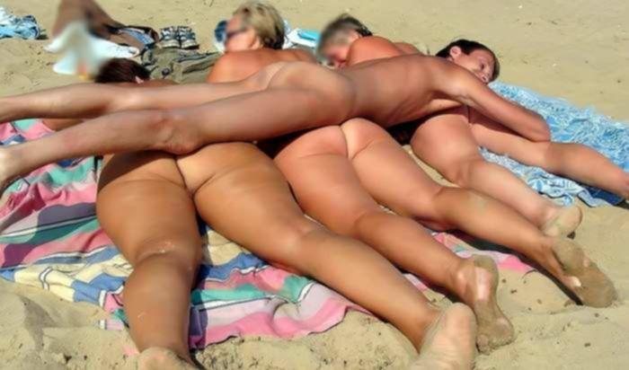 На пляже девки с друзьями трахаются в групповухе и делают фото частного нудистского порно