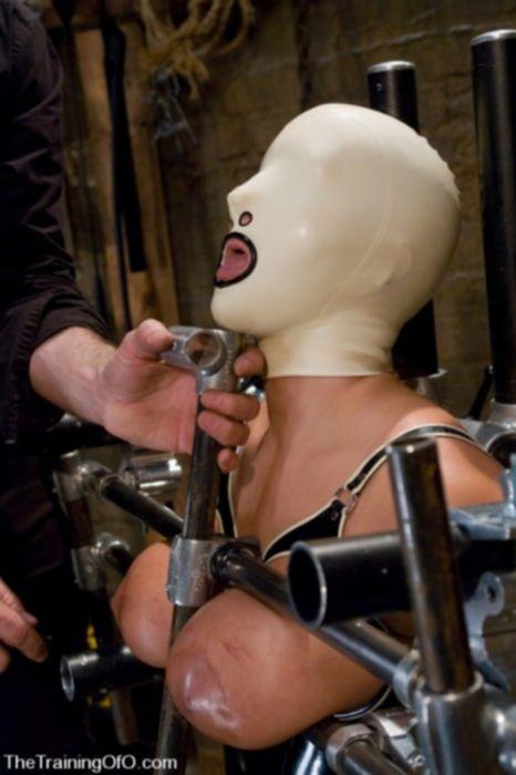 Девку в силиконовой маске трахают в анал