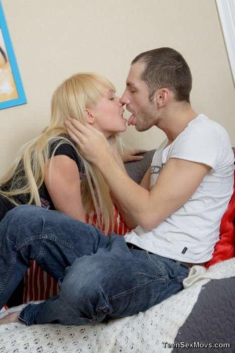 Молоденькая русская блондинка громко стонет от больного анального порно со своим приятелем