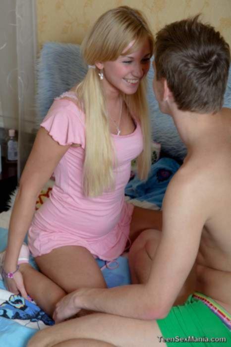 Анально нафаршировал молоденькую блондинку спермой после траха с минетом