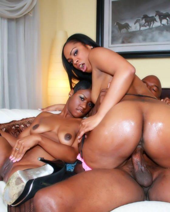 Групповой секс в чулках с двумя негритянками