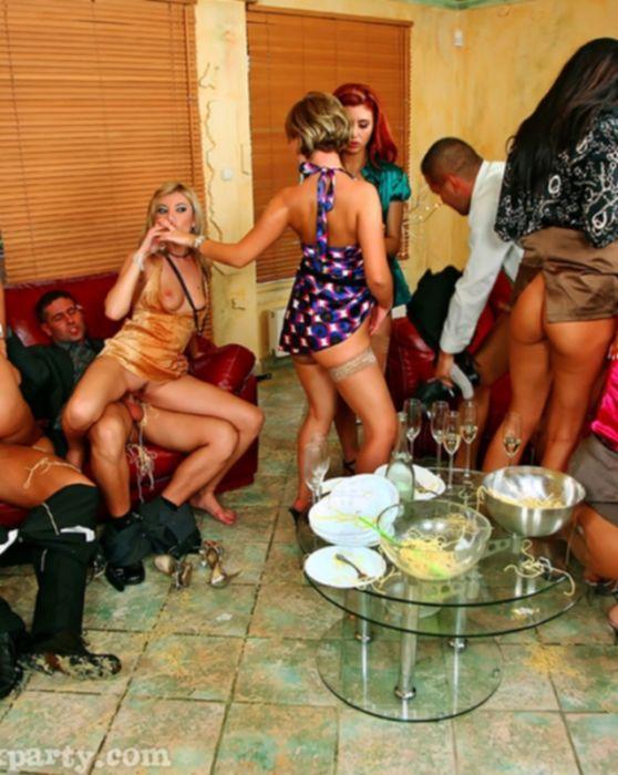 Пьяная групповая порно вечеринка с элементами анального секса и жесткой порно оргии с едой