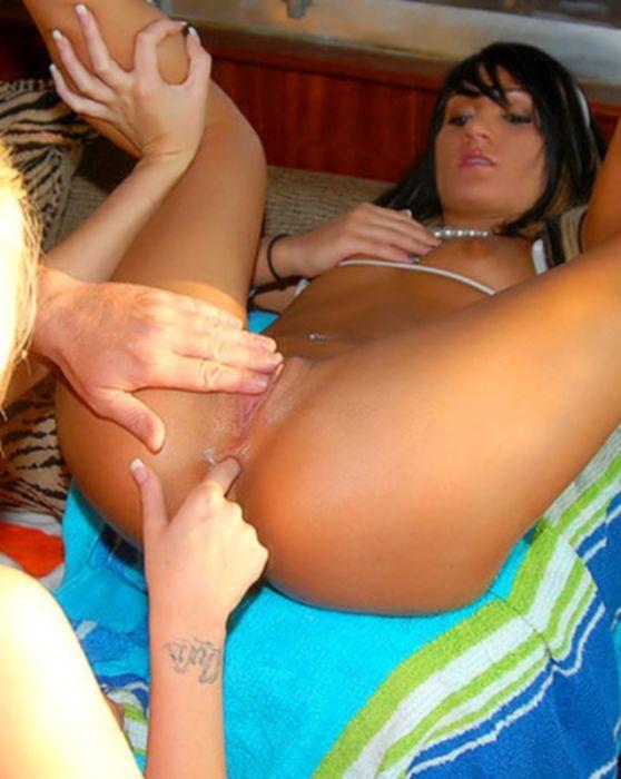Соблазнительные девушки в бикини трахаются в попку