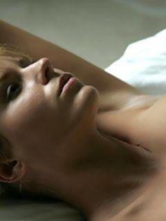 Зрелая русская красотка демонстрирует шикарные сиськи и бритую киску