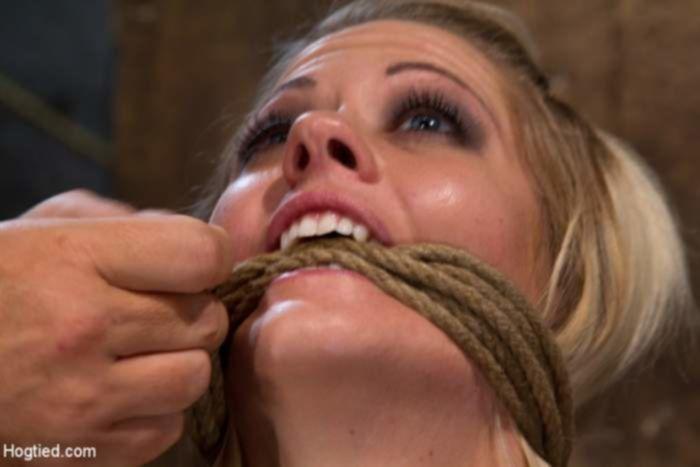 Связанная блондиночка познала все прелести БДСМ траха
